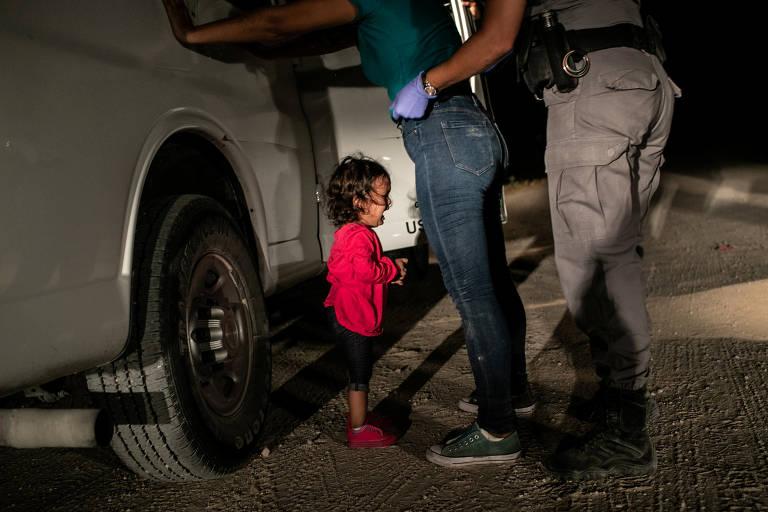 Imagem vencedora do World Press Photo em 2019 mostra mãe e filha hondurenhas paradas na fronteira dos EUA, em McAllen, no Texas