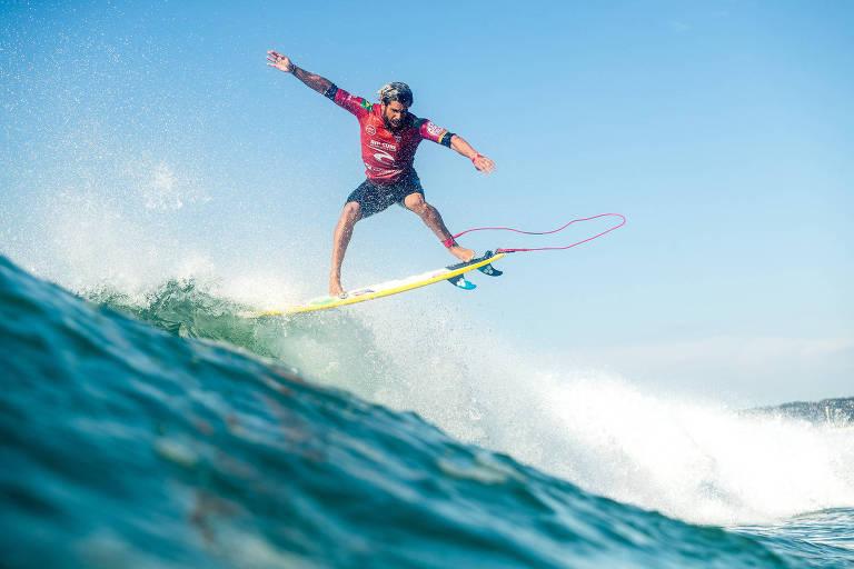 Italo Ferreira pega uma onda