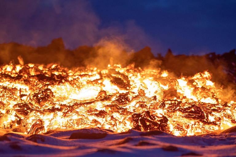 Imagem mostra massa alaranjada de fogo, escorrendo em superfície