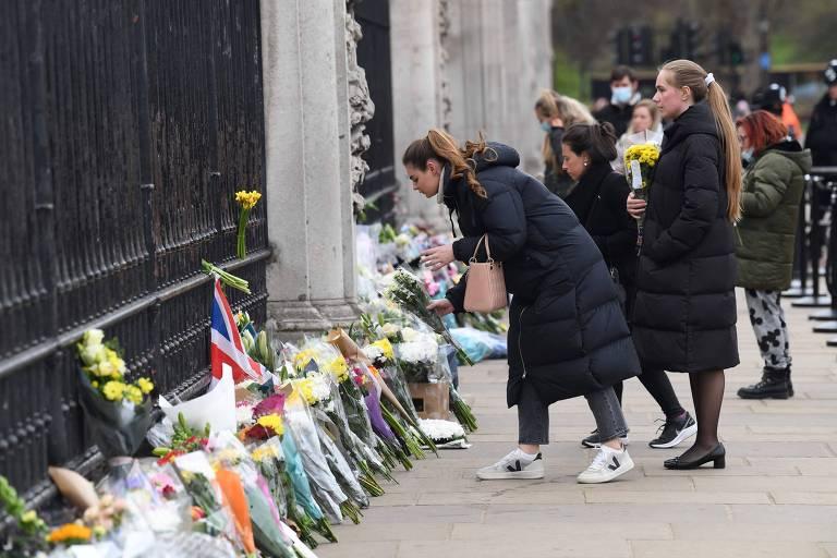 Pessoam depositam flores em frente ao Palácio de Buckingham, em Londres, em homenagem ao príncipe Philip