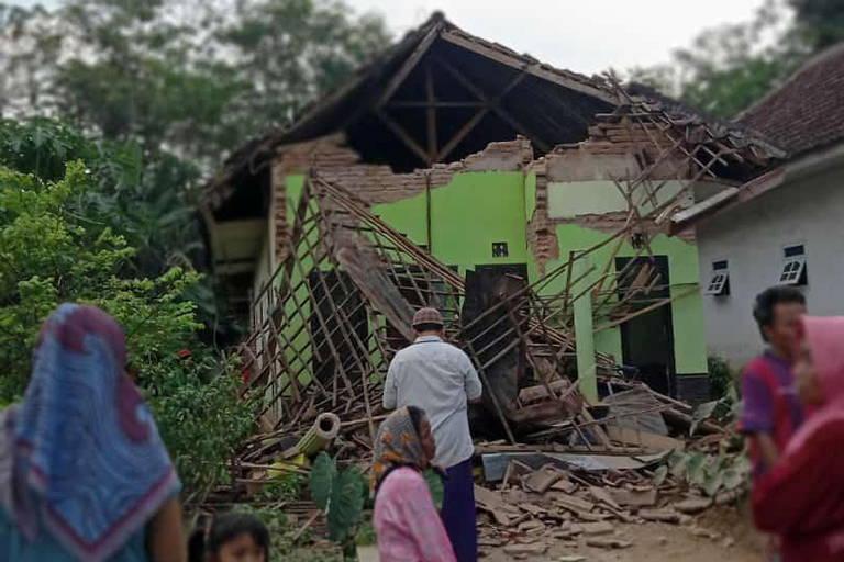 Ao menos seis pessoas morreram e dezenas de contruções ficaram danificadas após um terremoto de magnitude 5,9 atingir diversas cidades na Indonésia, segundo Agência Nacional de Gestão de Desastres (BNPB)