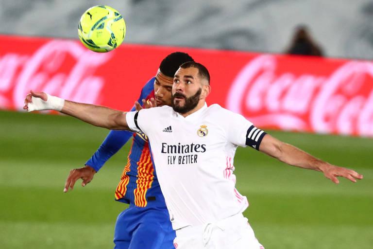 Karim Benzema protege a bola de Ronald Araujo