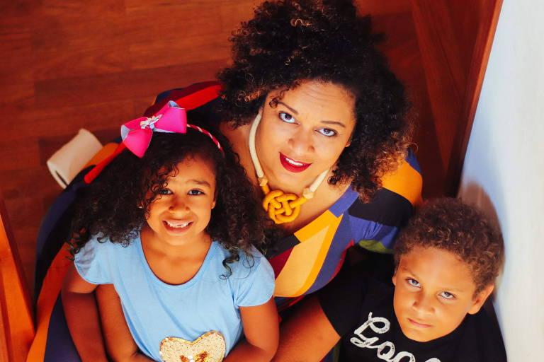 A psicanalista e escritora Elisama Santos com os filhos Miguel e Helena