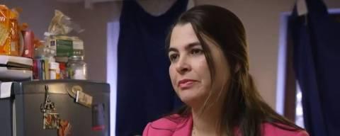 Maria José Freire, 49, no apartamento em que mora em Bruxelas; ela chegou à Bélgica pela primeira vez no final de 1999 e conseguiu a residência dez anos depois, mas, após voltar para o Brasil em 2014, perdeu os direitos; Maria José milita no Coletivo de Brasileiros Sem Papeis, que negociam regularização com o governo belga