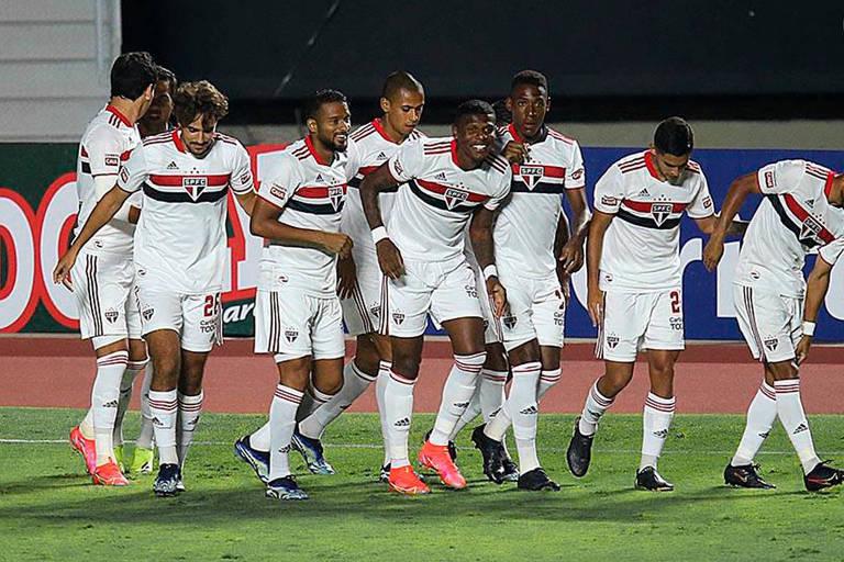 Jogadores do São Paulo comemoram gol contra o São Caetano