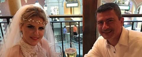Tom Veiga, que manipula o boneco Louro José, renovou os votos de casamento com a mulher, Alessandra ***  ****