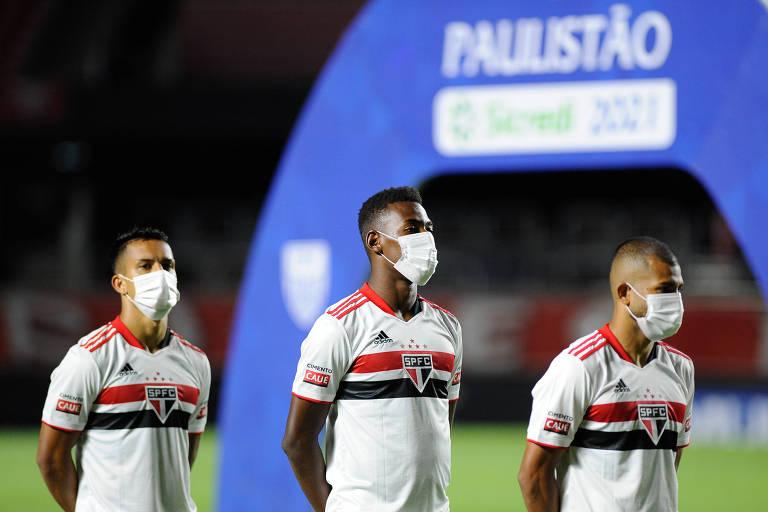 ogadores do São Paulo perfilados de máscara durante execução do hino nacional antes de partida contra o São Caetano
