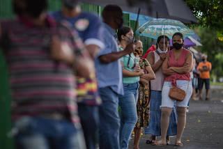 Moradores de Serrana formam fila no 1º dia de vacinação do Projeto S