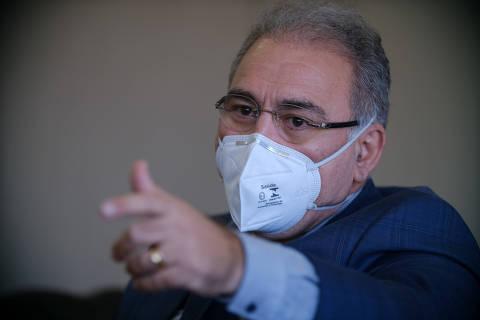 Promessa de Queiroga de acelerar vacinação contra Covid esbarra em insumos, Anvisa e contratos