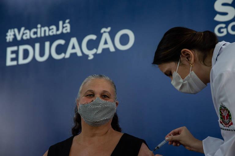 Professora Rosane de Souza recebe primeira dose da Coronavac no sábado (10), em Suzano (SP)
