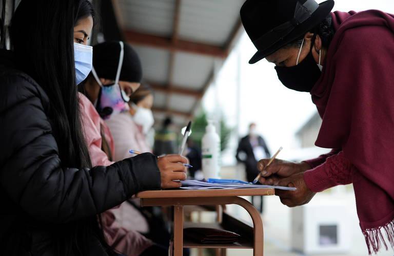 Mulher chega para votar em uma seção eleitoral na cidade de Pujili