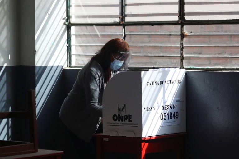 Uma mulher vota em um centro de votação em Lima; eleição vão definir próximo presidente e nova composição do Congresso unicameral de 130 membros
