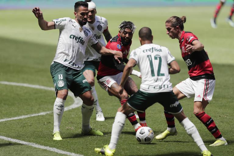 Jogadores dos dois times cercam a bola