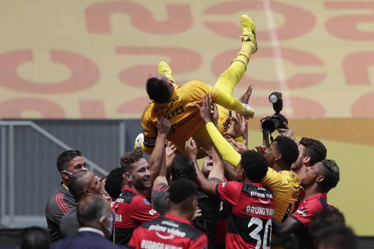 Flamenguistas comemoram título jogando o goleiro Diego Alves, herói da disputa por pênaltis, para o alto