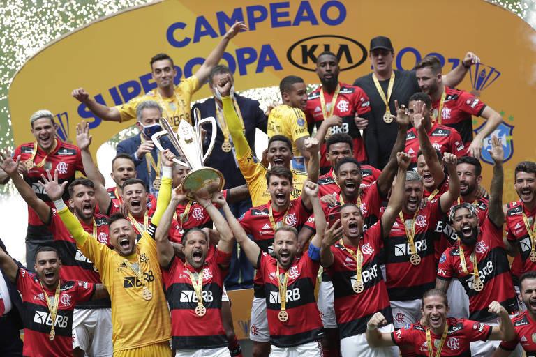 Jogadores do Flamengo com a taça