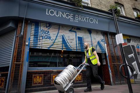 Niall Coghlan delivers barrels of beer from Brixton Brewery to a bar in Brixton, south London on April 9, 2021 ahead of the easing of coronavirus restrictions to allow pub beer gardens in England to reopen on April 12. - Businesses in England are preparing for a further easing of coronavirus restrictions due on April 12 after the govenment gave the go ahead for step 2 of their roadmap out of lockdown allowing non-essential retail, hair and beauty salons, indoor leisure facilities and outdoor hospitality like pub gardens to open to the public for the first time since January 6. (Photo by Tolga Akmen / AFP)