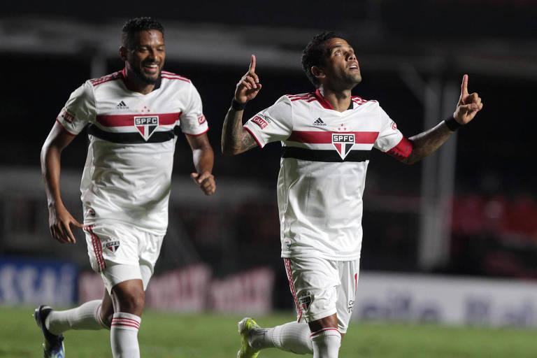 Daniel Alves comemora gol contra o São Caetano
