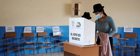 An indigenous woman votes during the second round of presidential election, at a polling station in Cotopaxi Province School, in Pujili, Ecuador, April 11, 2021. REUTERS/Santiago Arcos ORG XMIT: GDN