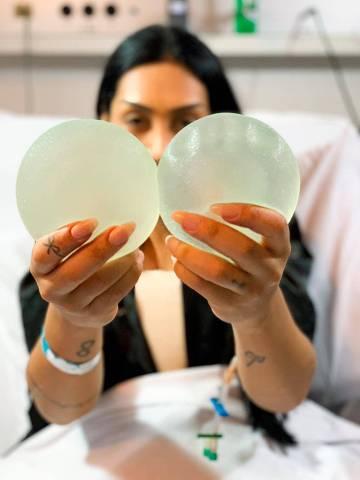 Ex-BBB Amanda Djehdian celebra o explante de silicone dos seios