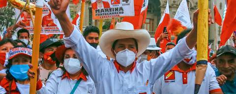 Peruvian presidential candidate for the radical leftist party Peru Libre (Free Peru), Pedro Castillo, gives the thumb up as he holds up a giant pencil during the closing rally of his campaign in Lima on April 8, 2021. - Castillo 51-year-old school teacher native of Cajamarca, aspires to surprise the elections in Peru, after leaving anonymity in 2017 by leading a long strike by the teachers. He gained prominence with options to move on to the decisive second round, during the electoral debates, according to the polls. (Photo by Gian MASKO / AFP)