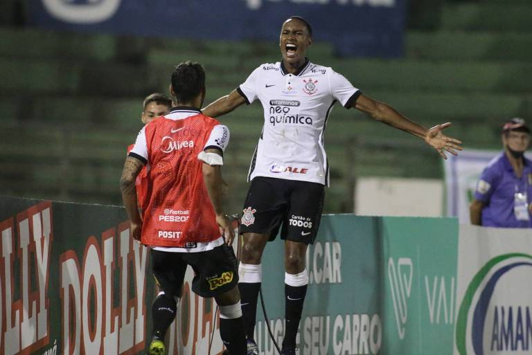 Cauê comemora gol contra o Guarani saltando de braços abertos