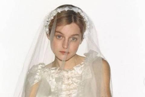 Emma Corrin faz ensaio vestida de noiva