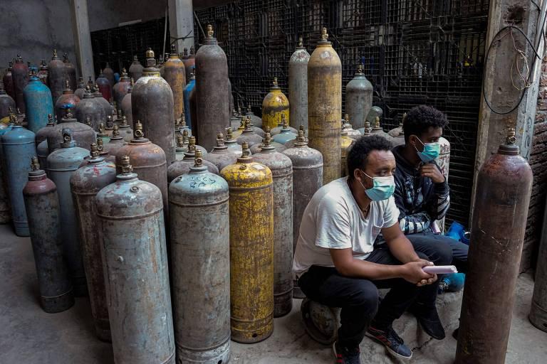 Etíopes aguardam para encher cilindros de oxigênio para tratamento de familiares contaminados com Covid-19, na capital Adis Abeba