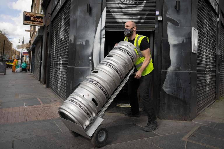 Funcionário entrega um barril de cerveja da Cervejaria Brixton em um pub no sul de Londres