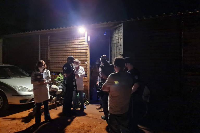 Imagem mostra equipes da prefeitura e da polícia à espera de entrada em festa clandestina