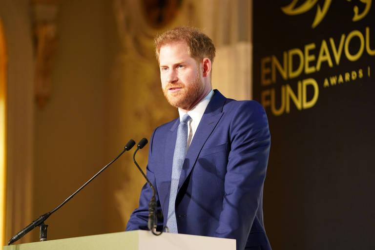 Príncipe Harry é ovacionado em show de campanha pró-vacina