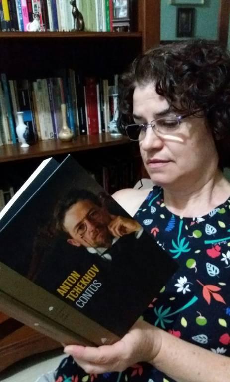 Leitores da Folha posam com seus livros favoritos
