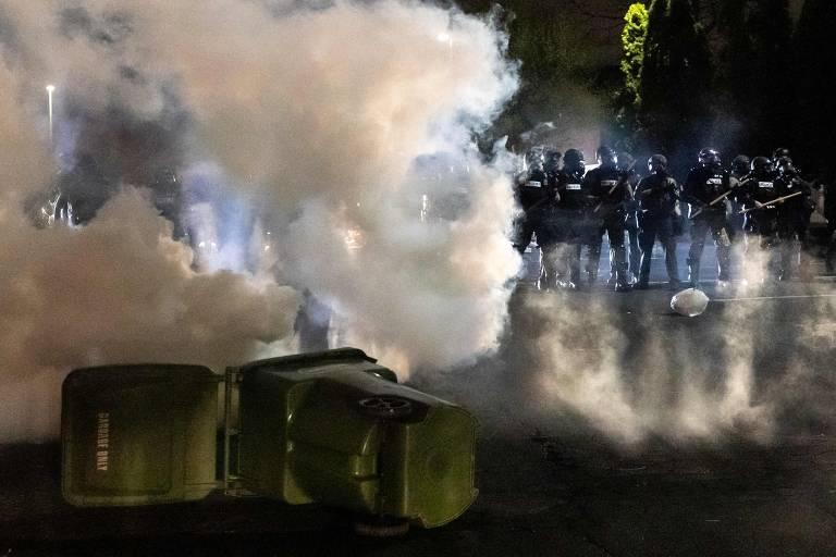 Polícia lança bombas de gás lacrimogêneo contra grupo que protestou em frente ao departamento de polícia de Brooklyn Center