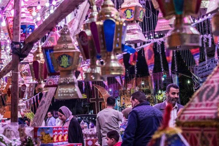 Clientes em loja de lanternas para o ramadã em Cairo, no Egito
