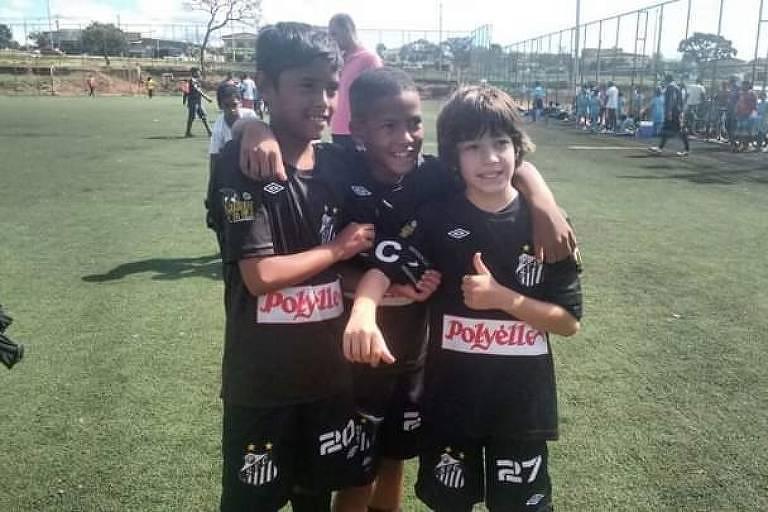 Ângelo (ao centro) com a camisa do Meninos da Vila do Distrito Federal; jogo marcou a despedida dele dos treinadores formadores