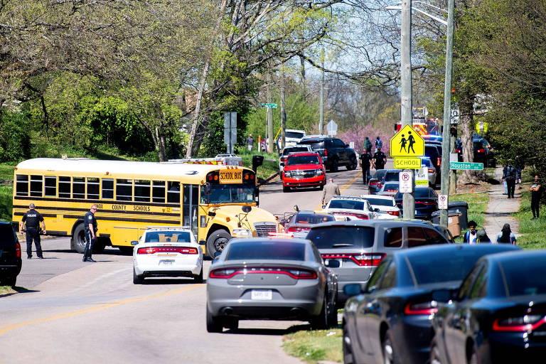 Polícia atende chamado de ataque a tiros na escola Austin-East Magnet High School, em Knoxville, no Tennessee (EUA)