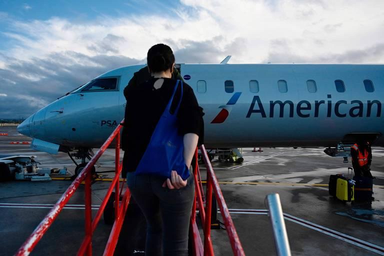 Passageiros embarcam em um avisão no aeroporto nacional de Arlington, no estado da Virgínia