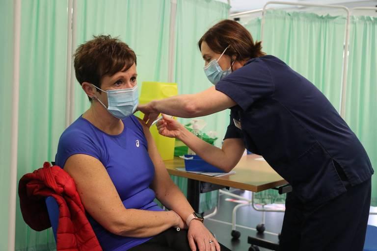 Enfermeira aplica dose de imunizante em centro de vacina��o em Llanelli, no Pa�s de Gales
