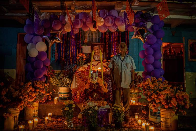 Lorenzo Vargas, 85, em frente ao altar de sua esposa que morreu de Covid-19, durante a comemoração do Dia dos Mortos, desta vez dentro de casa