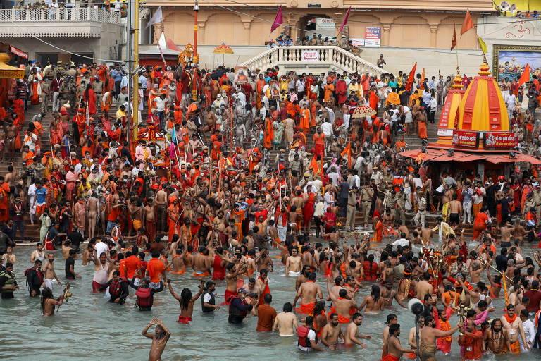 Devotos hindus participam do festival religioso de Kumbh Mela, em Haridwar, na Índia, em meio à pandemia de coronavírus