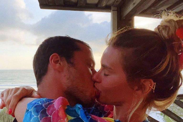 'dia do beijo, né mores?' Carolina Dieckmann e Tiago Worcman