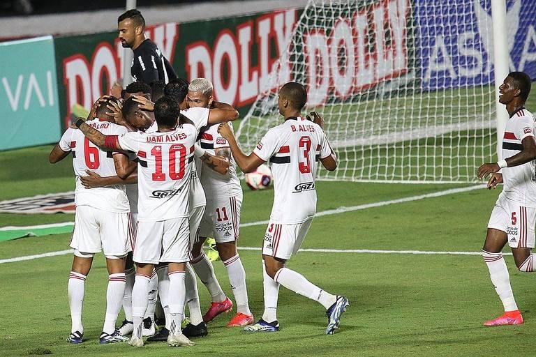 Jogadores comemoram o gol da vitória diante do Red Bull Bragantino, no Morumbi