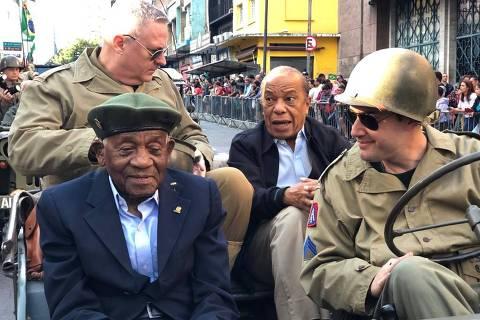 Justino Alfredo (1919-2021) durante um desfile de 7 de Setembro, em 2019, em Campinas. É o primeiro à esquerda (de terno escuro); os demais são o genro Francisco (terno preto) e oficiais do Exército