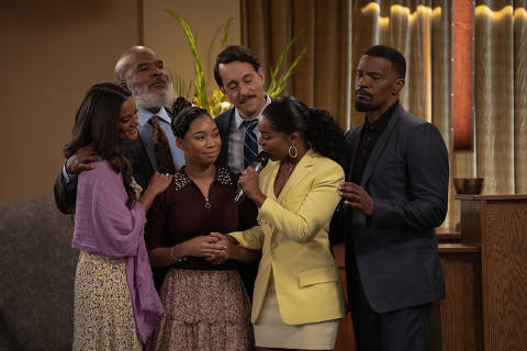 DAD STOP EMBARRASSING ME (L to R) HEATHER HEMMENS as STACY, DAVID ALAN GRIER as POPS, KYLA-DREW as SASHA, JONATHAN KITE as JOHNNY, PORSCHA COLEMAN as CHELSEA, and JAMIE FOXX as BRIAN in episode 104 of DAD STOP EMBARRASSING ME Cr. SAEED ADYANI/NETFLIX © 2021 Cenas da serie Meu Pai e Outros Vexames