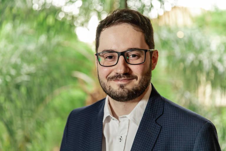 Foto de um homem usando óculos e terno