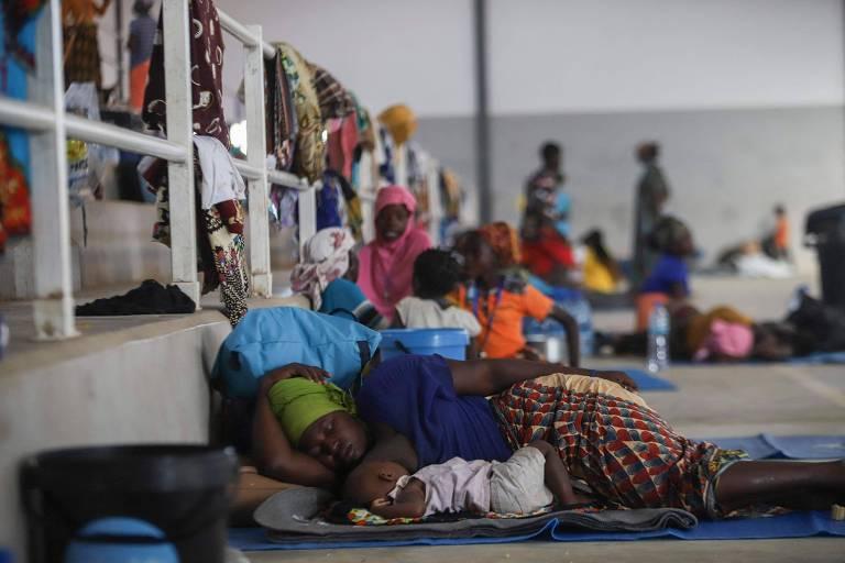 Mulher descansa com seu bebê em ginásio de esportes na cidade de Pemba, capital da província de Cabo Delgado, que foi convertido em abrigo para deslocados devido ao conflito na região