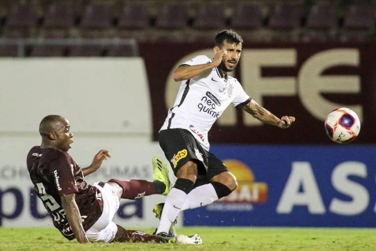 Sob marcação do defensor da Ferroviária, Camacho consegue finalizar e fazer um gol pelo Corinthians
