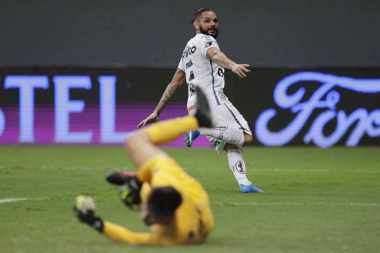 Pará vê a bola de seu chute cruzado entrar no gol durante o segundo tempo contra o San Lorenzo