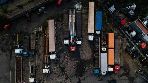 GUARULHOS, SP, 26.11.2020 - Caminhões parados em posto na rodovia Presidente Dutra, em São Paulo. (Foto: Mathilde Missioneiro/Folhapress)