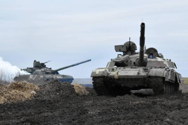Tanques do Exército ucraniano fazem exercícios perto da fronteira com a Crimeia nesta quarta (14)