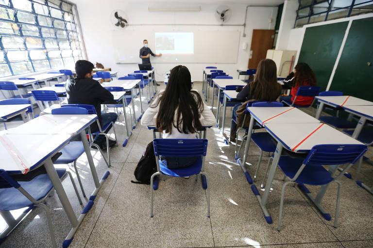 Estudantes em sala de aula  em escola da zona sul de São Paulo